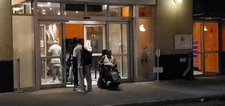 流浪汉住豪华酒店,富人们疯狂逃离。最近的纽约,一团糟