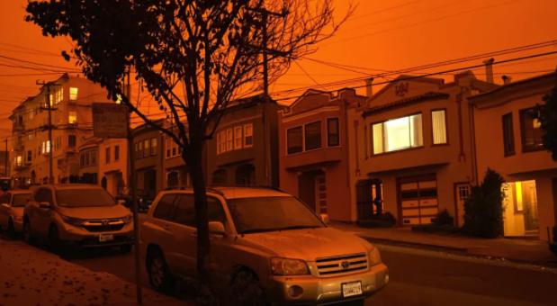"""美国大火已致33人死 小镇被夷为平地似鬼城 50万人连夜逃命 州长:""""世界末日来了!"""""""